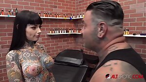 Tiger Lilly gets a forehead tat while nude