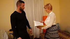 MATURE4K. Bearded man helps mature in stockings satisfy her needs